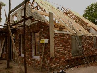 Der Dachstuhl wird neu errichtet